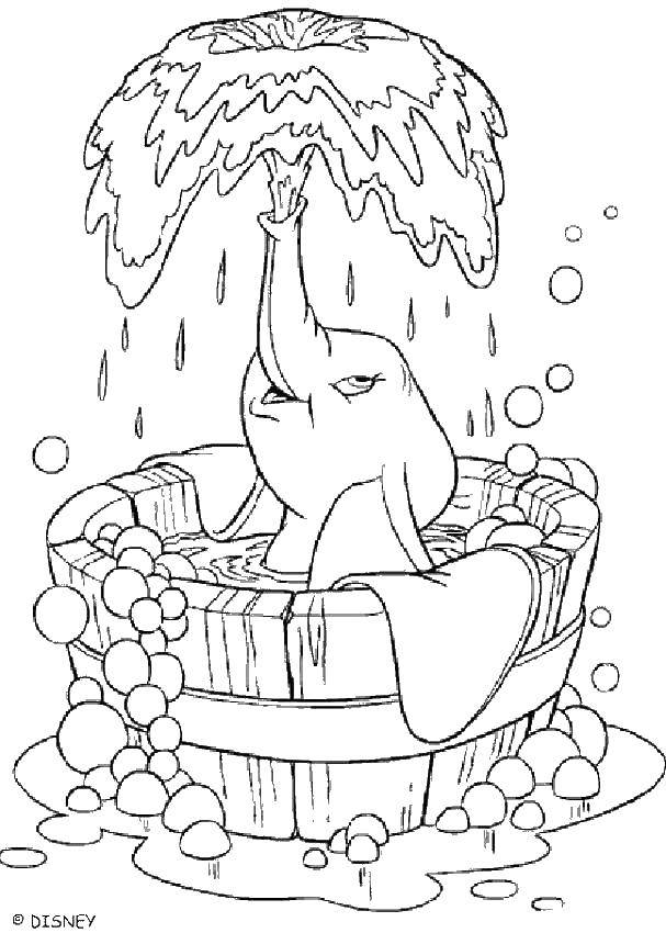 Слоненок дамбо купается