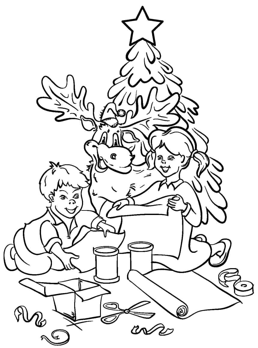 Дети рядом с елкой что то мастерят. Рядом с ними олень.
